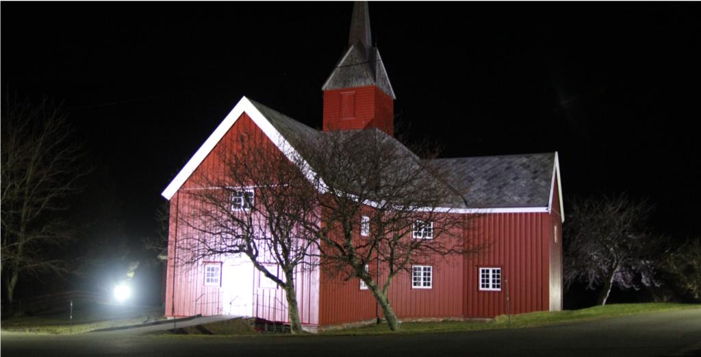 fasadebelysning med led flomlys på en kirke