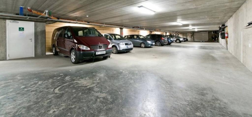 Parkeringskjeller med LED-lysarmaturer