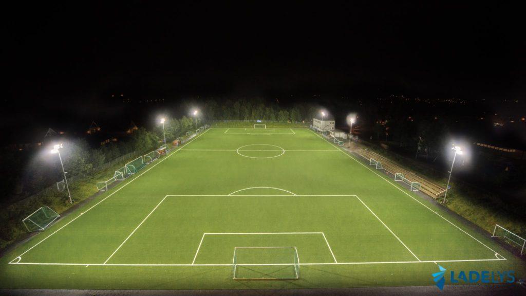 Bilde av tiller fotballbane i mørket med LED flomlys som lyser opp fotballbanen