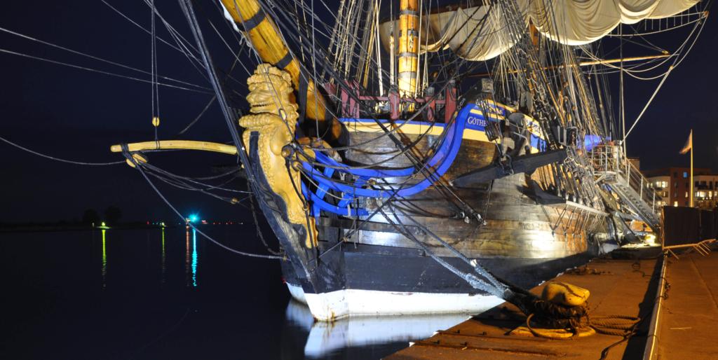 bilde av en stor gammel båt som blir lyst opp av led flombelysning