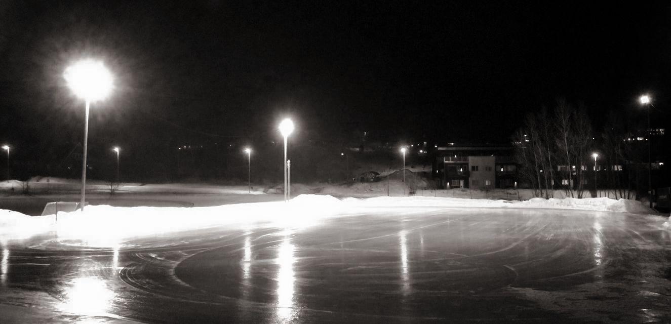 Bilde av en skøytebane med idrettsbelysning