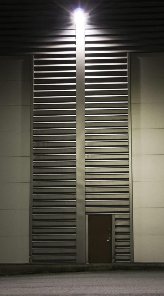 bilde av en dør med et led armatur hengenende over