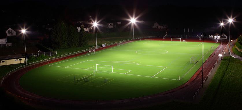 LED-Flomlys i aksjon på fotballbane om kvelden