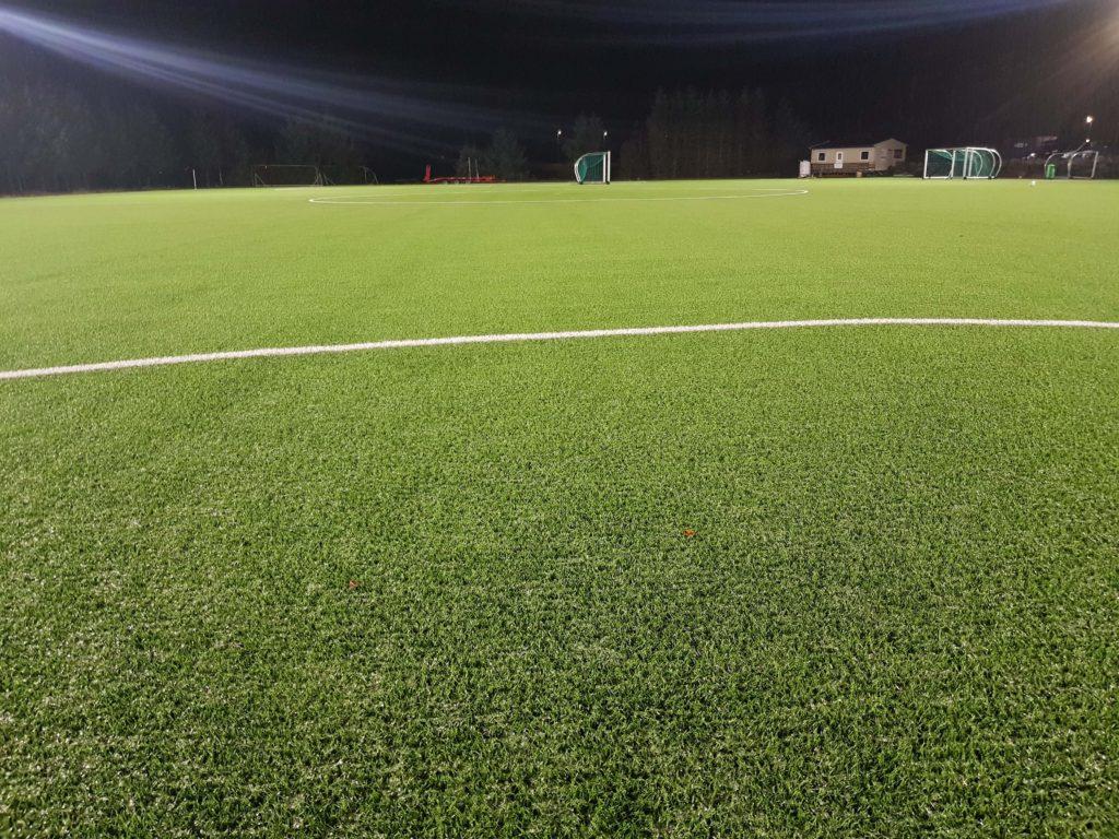 bilde av Atløy fotballbane på kveldstid med nye led lys
