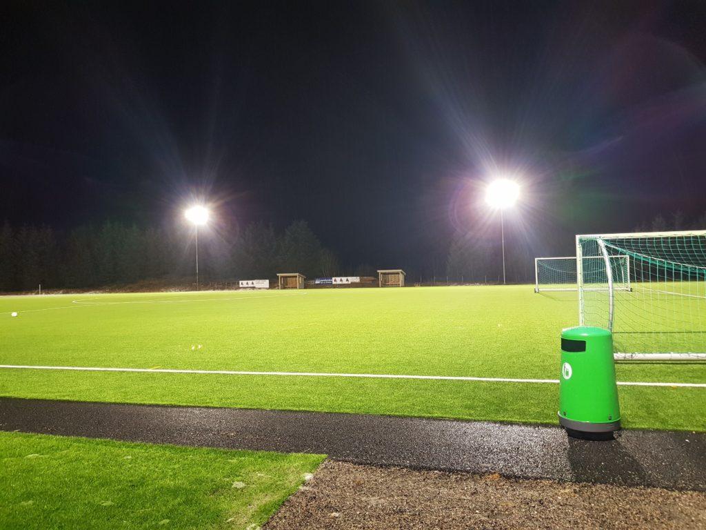 bilde av 2 LED flomlys på Atløy stadion