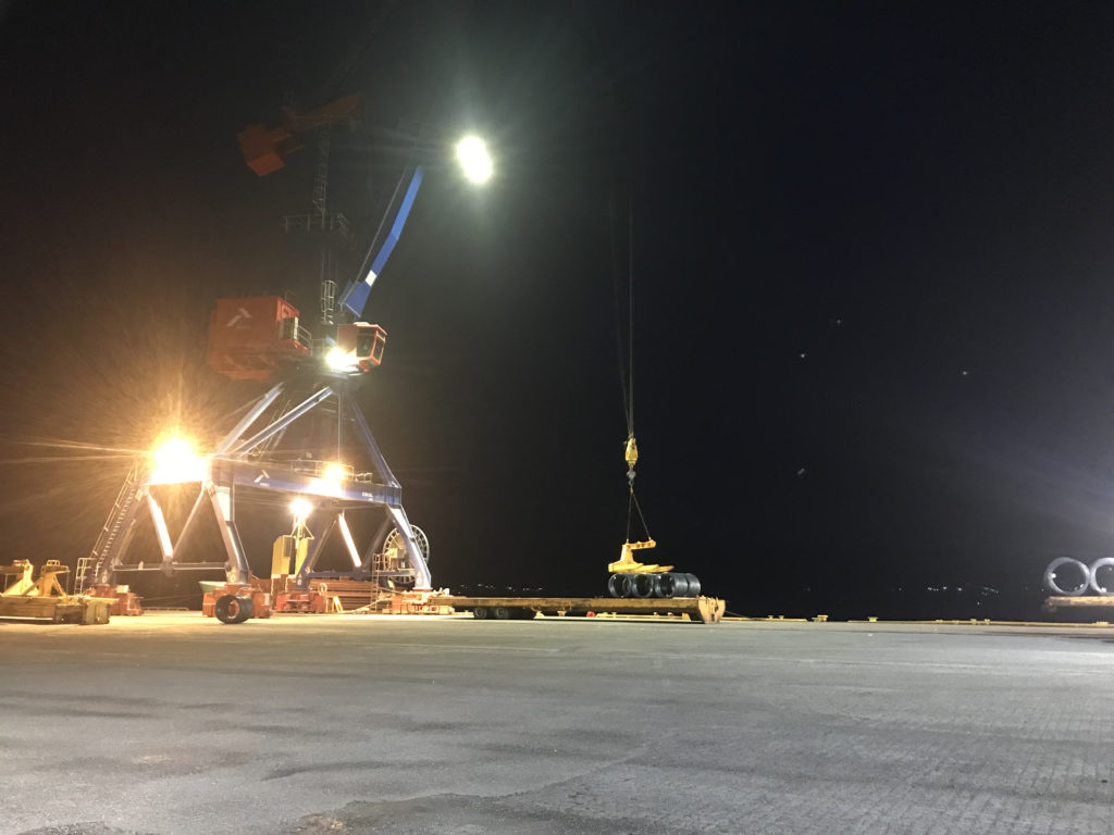 Bilde av kran på havnen med kraftig led lyskaster