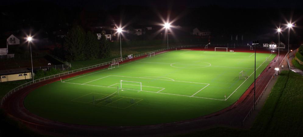 Bilde av en fotballbane med idrettsbelysning