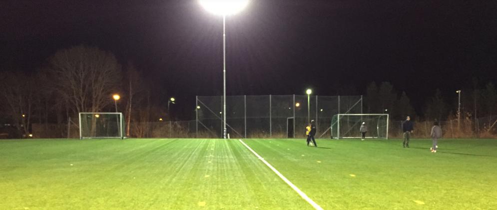 Bilde av en fotballbane med et kraftig flomlys