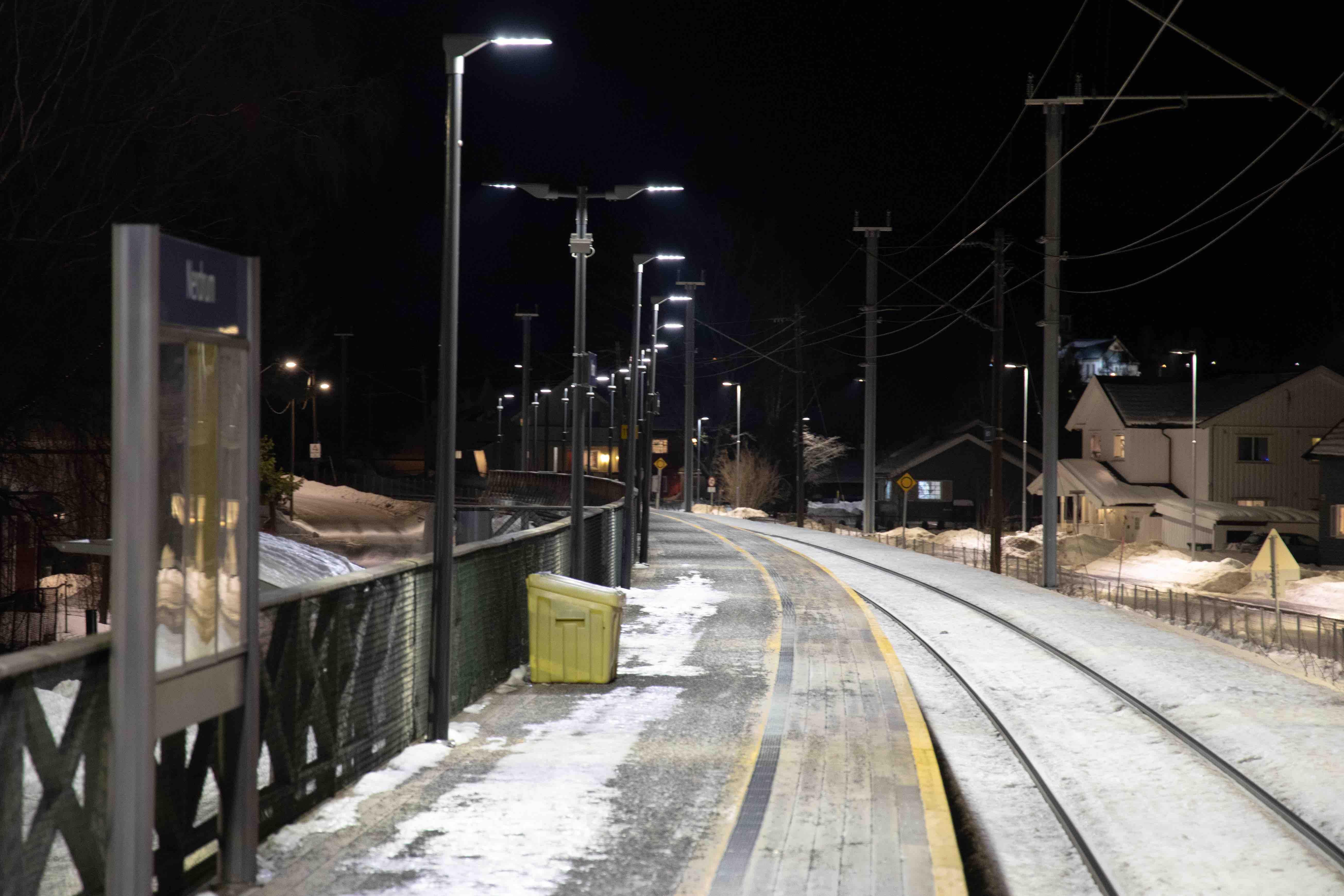 LED-Belysning langs toglinjene på Nerdrum Stasjon.