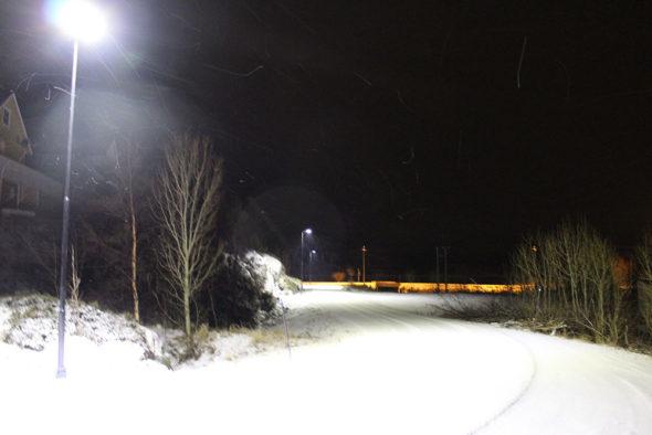 LED-Gatelys i aksjon om vinteren om kvelden