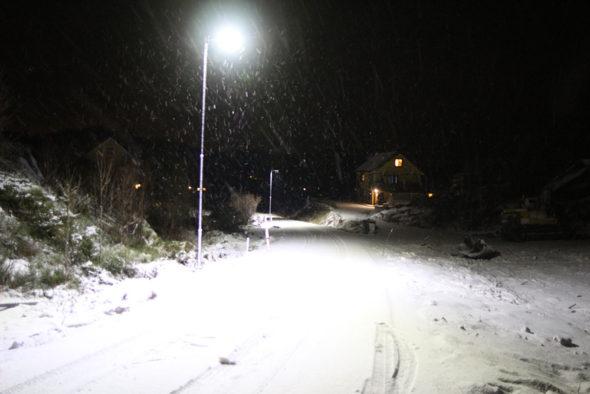 LED-Gatelys i aksjon om vinteren i mørket i snøvær