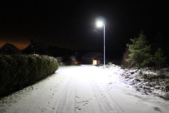 LED-Gatelys i nabolag om vinteren i mørket.
