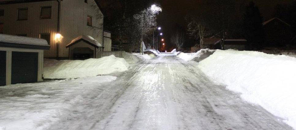 Visning av LED-gatelys om vinteren i mørket.